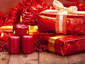 Regalos, velas y adornos navideños