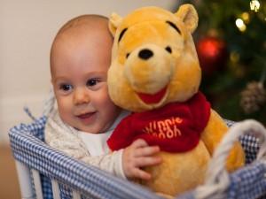 Bebé con un peluche Winnie the Pooh