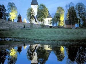 Iglesia en Suecia junto a un estanque