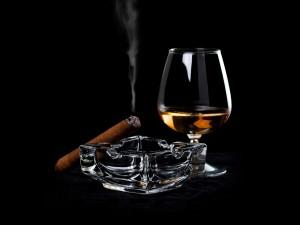 Copa de brandy junto a un puro