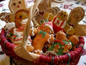 Postal: Cesta con galletas gingerbread man para colgar en el árbol de Navidad