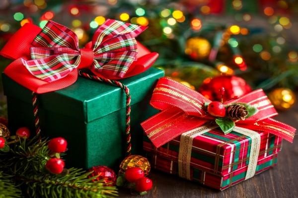 Regalos con bonitos lazos para Navidad