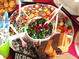 Plato con surtido de caramelos, galletas y cereales