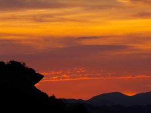 Cielo y montañas vistos al anochecer