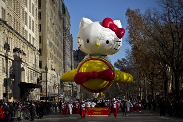 Una gran Hello Kitty paseando por las calles en un festival