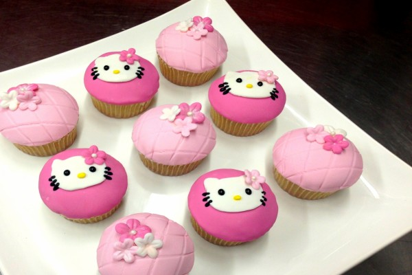 Cupcakes de Hello Kitty y flores