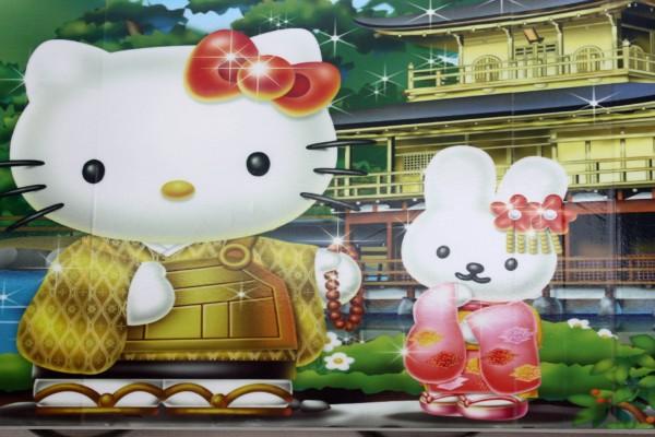 Hello Kitty y su amiga junto al Templo del Pabellón de Oro