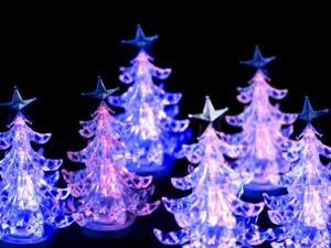 Postal: Pequeños abetos navideños de cristal iluminados