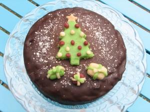 Tarta de chocolate con un árbol de Navidad