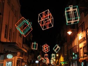 Luces en forma de regalos decorando una calle en Navidad