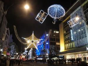 Postal: Luces de Navidad en una calle comercial