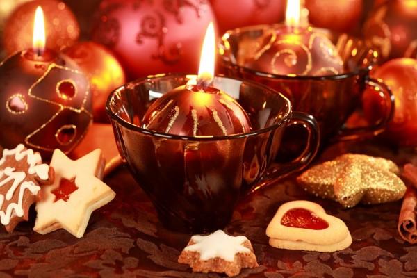 Bonitas velas y galletas decorando en Navidad