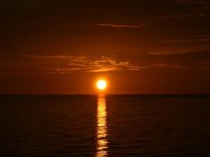 El sol reflejando una línea de luz sobre el mar