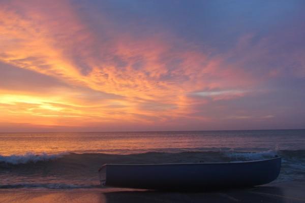 Barca en la orilla del mar al amanecer