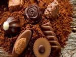 Unos deliciosos bombones sobre cacao en polvo