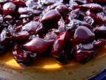 Tarta con cerezas confitadas