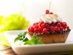 Un pastel de bayas con merengue