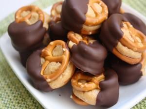 Postal: Galletas saladas con crema de cacahuete y chocolate