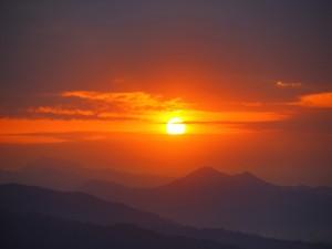 El sol sobre las montañas al atardecer