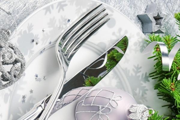 Plato y cubiertos en una mesa navideña