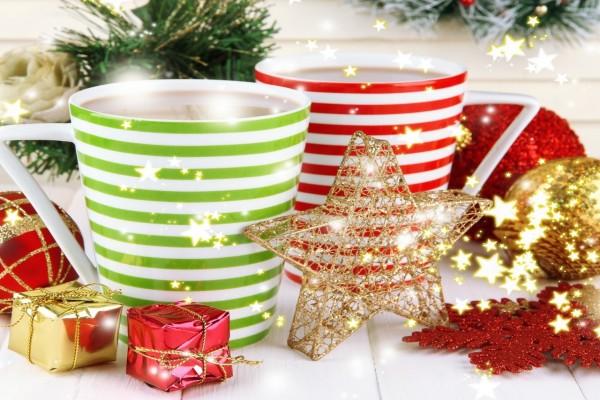 Tazas de chocolate junto a unos adornos para Navidad y Año Nuevo