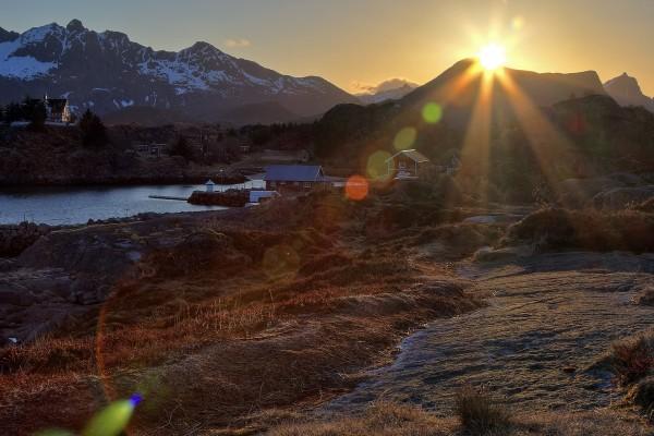 Aldea recibiendo los primeros rayos del amanecer