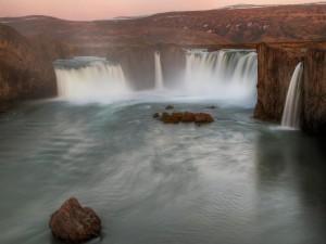 Crepúsculo en una cascada de Islandia