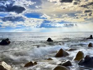 Postal: Mar, rocas y un cielo cubierto de nubes
