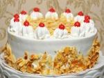 Una rica tarta cubierta de nata y almendras