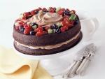 Una tarta de chocolate con mousse y frutas frescas