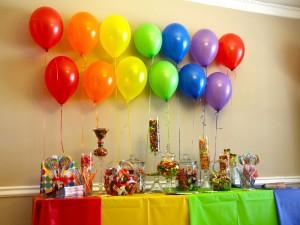 Caramelos y globos para una fiesta de cumpleaños