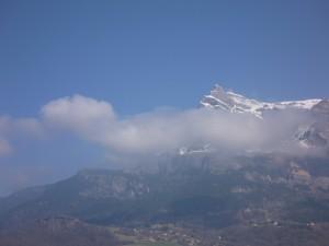 Nubes delante de la montaña