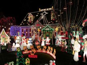 Postal: Muñecos y luces de Navidad en un jardín