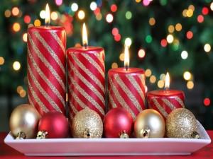 Velas rojas y doradas para decorar en Navidad