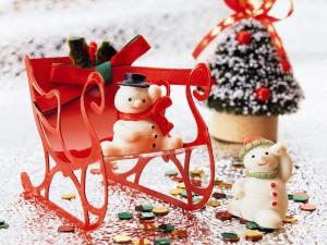 Postal: Muñecos de nieve en un trineo navideño