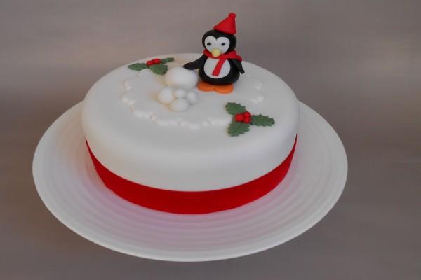 Tarta con un pingüino navideño