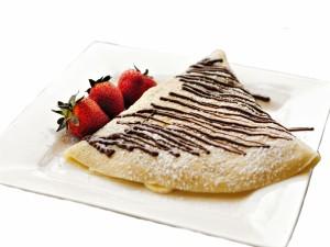 Crepe con fresas y chocolate relleno de plátano