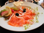 Plato con salmón y brotes