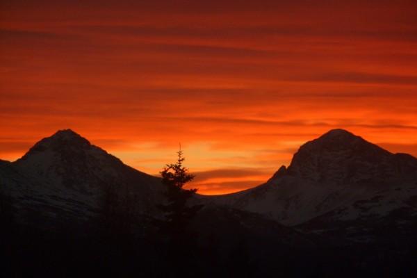 Cielo naranja sobre las montañas