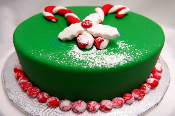 Tarta navideña con bastones de caramelo