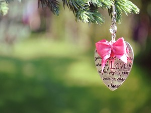 Adorno con forma de corazón colgado de una rama