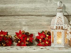 Farol encendido junto a adornos navideños