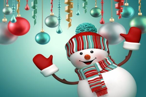 Un simpático muñeco de nieve bajo los adornos de Navidad