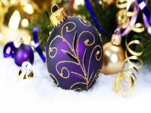 Postal: Bolas de Navidad sobre la nieve