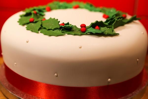 Tarta de Navidad decorada con muérdago