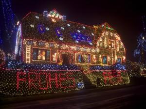 Postal: Una casa cubierta de luces de Navidad
