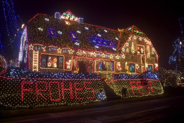 Una casa cubierta de luces de Navidad