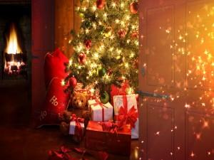 Regalos bajo el árbol de Navidad iluminado