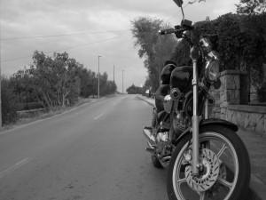Postal: Bonita moto junto a una carretera