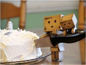 Postal: Danbo y el pequeño danbo cortando un pastel